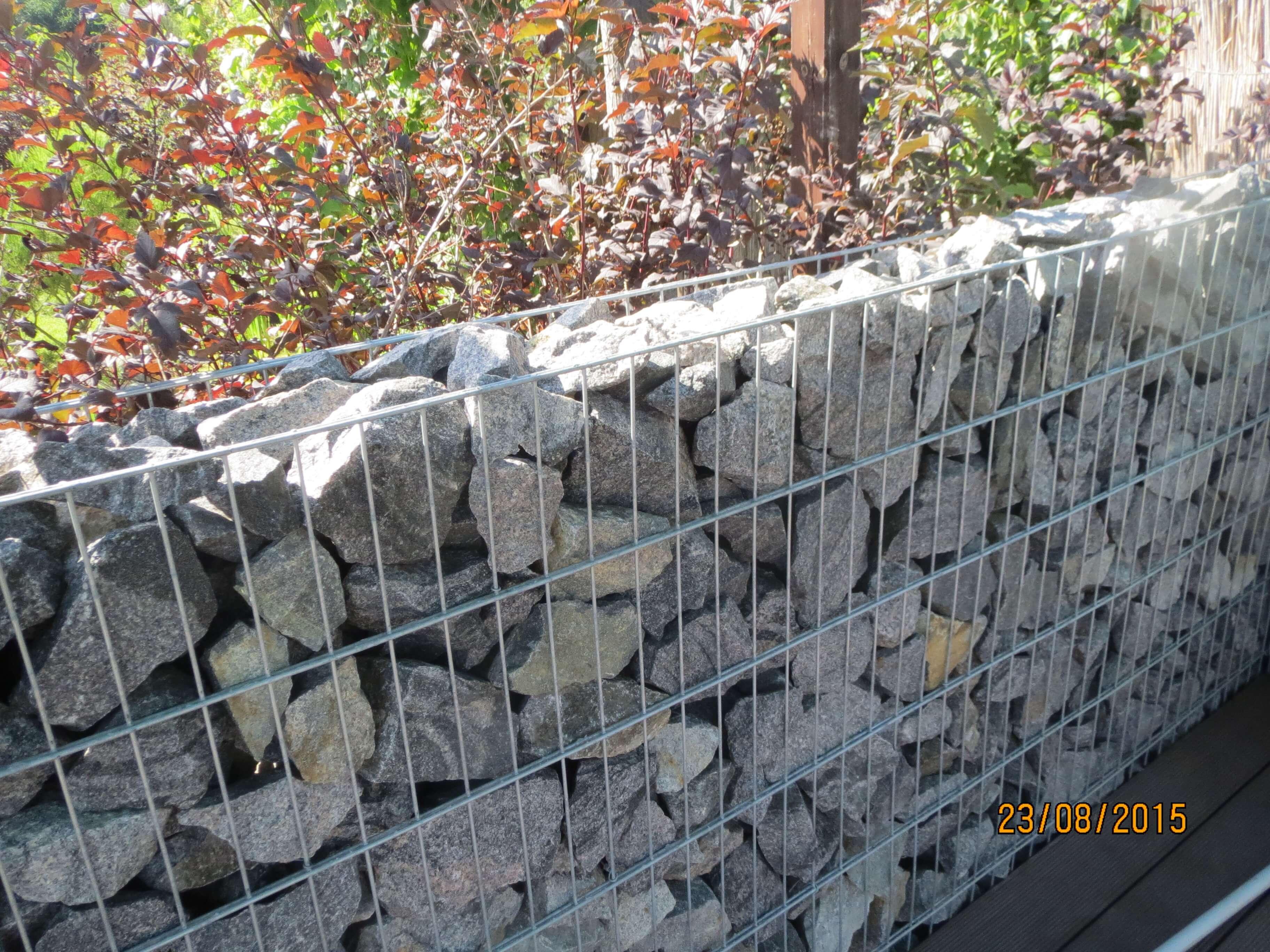 Ограждение из камней и металлической сетки