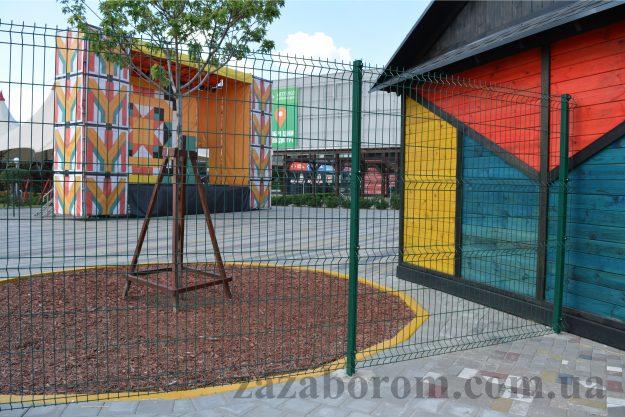 Сетчатое ограждение детской площадки