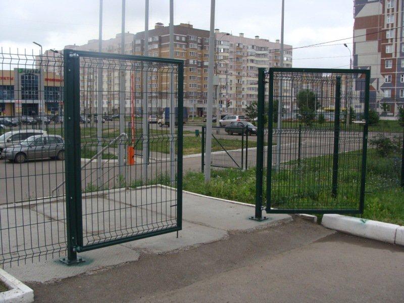 Распашные ворота из сетки в полимерном покрытии фото