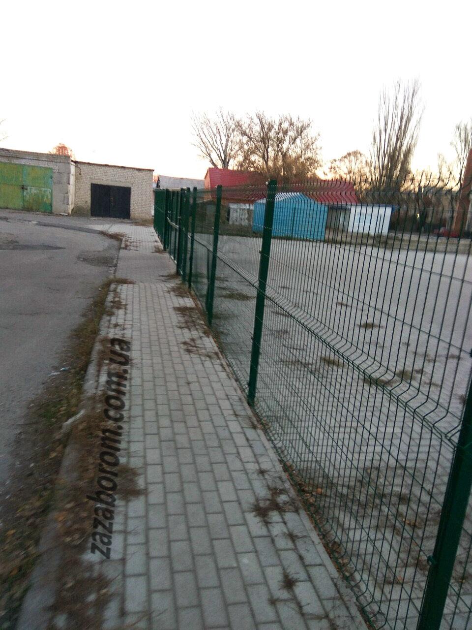 сварная сетка в лозовой на заборе