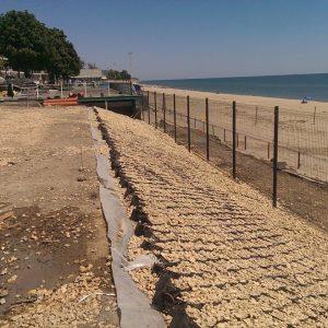 ограждение пляжа из сетки