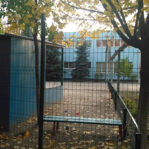 Забор в детском саду фото