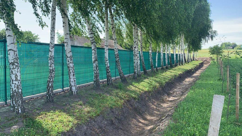 панельный забор с затеняюшей сеткой