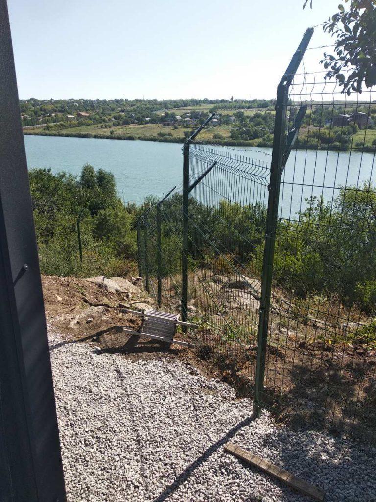 панельный забор на склоне неровном учатке